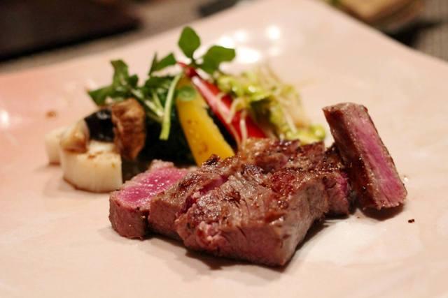 オープンキッチンの鉄板にて 米沢牛ステーキを焼かせていただきます♪