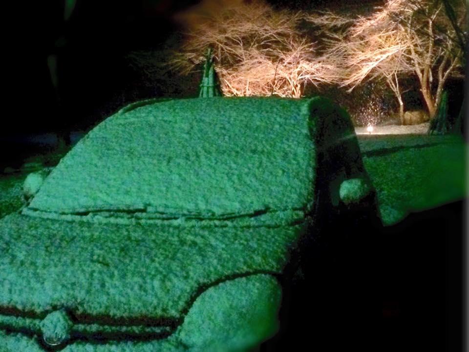 車のフロントガラスにしっかり積もった雪~