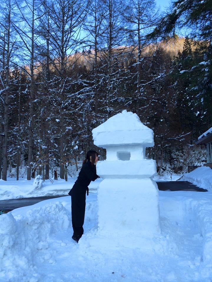午後に ほぼ完成した雪灯篭と かえでさん♪