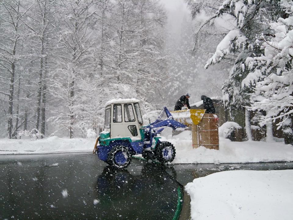 大雪の中 作っている様子~!