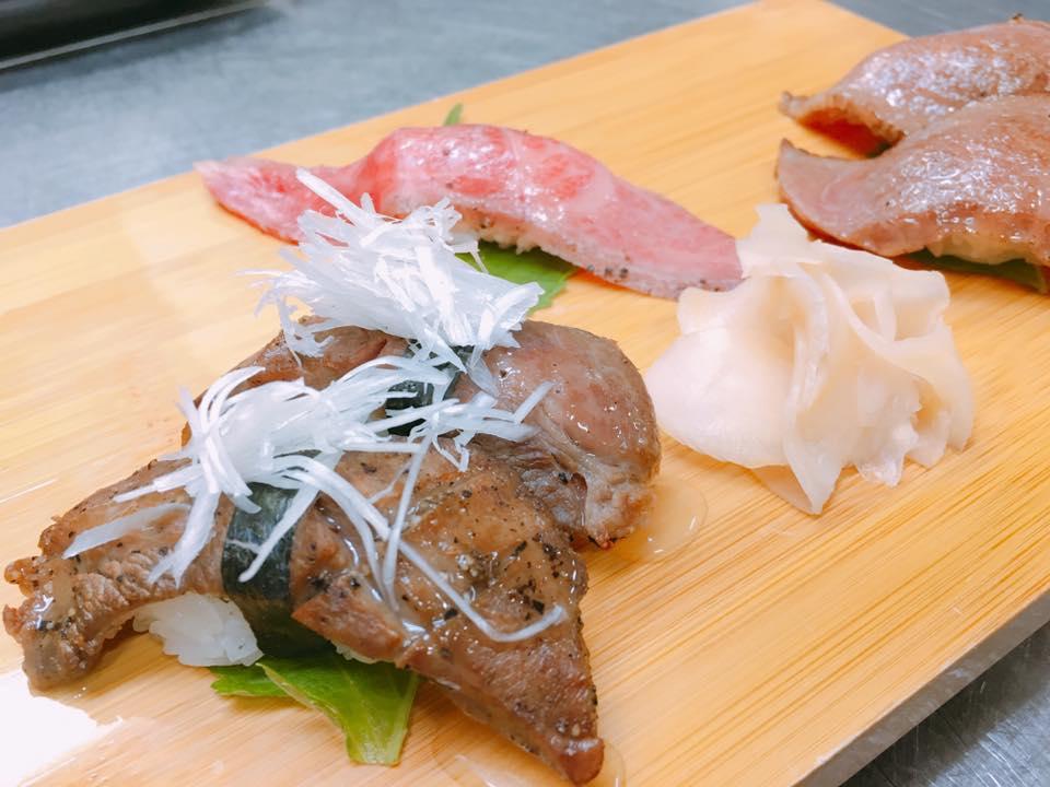 追加メニューの米沢牛寿司五貫盛り。牛タン、大トローーー