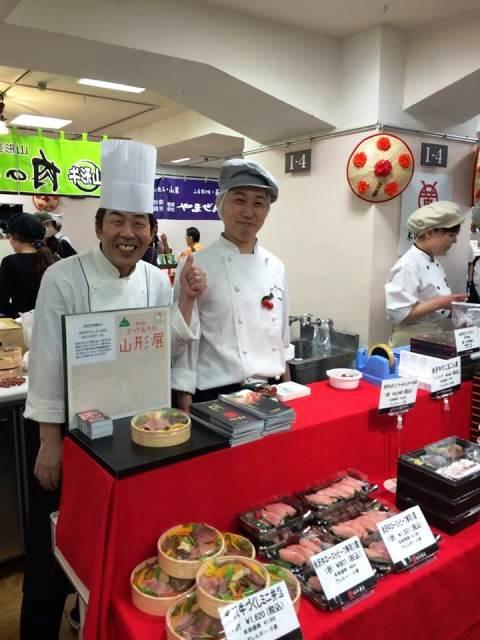 米沢牛黄木の東京駅黒塀横丁店佐藤料理長のいいね!ポーズ