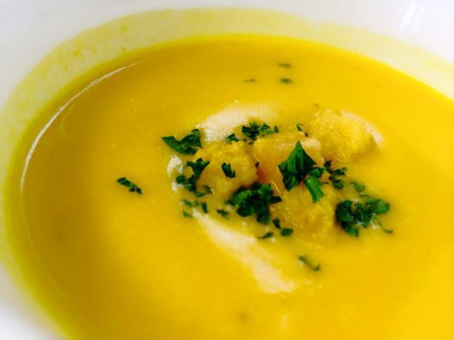 かぼちゃのスープはほんのりと甘く風味豊かに
