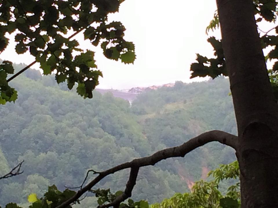 途中 天元台高原のレストハウスが見える