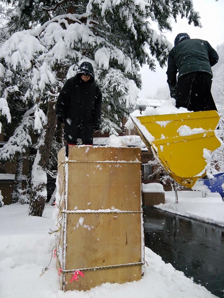 重機も使って 雪を運んで