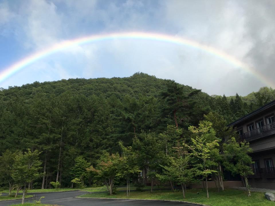 村雨の山里に 虹が!うれしいひととき