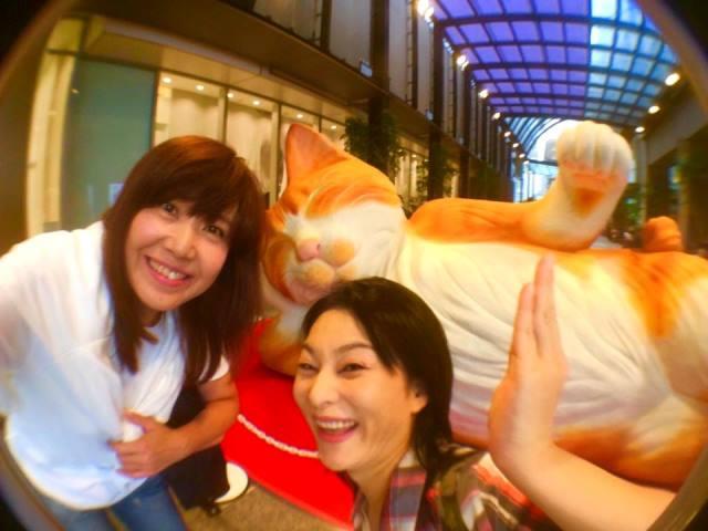 美香ちゃんとは新宿で待ち合わせ♪おっきー猫にはしゃぐ二人