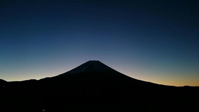 朝霧高原からの富士山。日の出前かな??