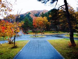 米沢の紅葉と 冬の山と 白い雪。11月14日の風景