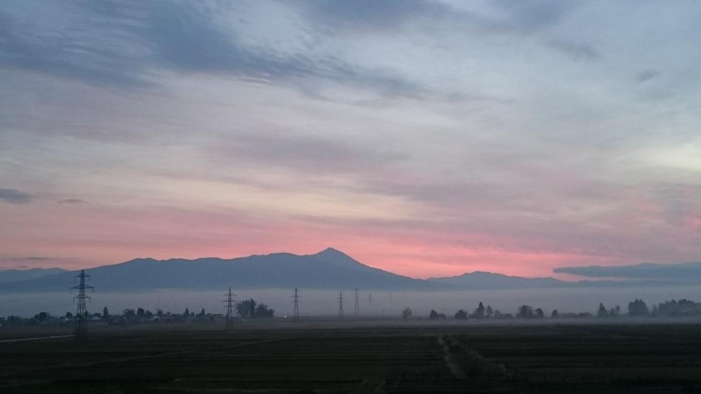 お客さまが送ってくれた朝霧と朝焼けの磐梯山