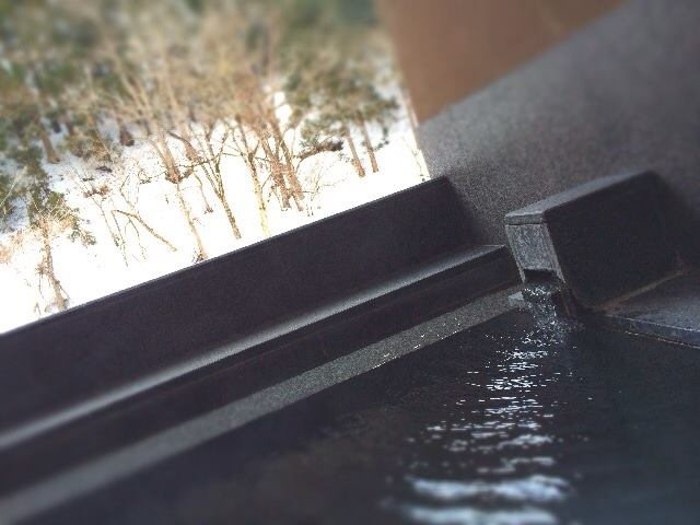 かけ流しの貸切露天風呂からも まだ雪景色☆